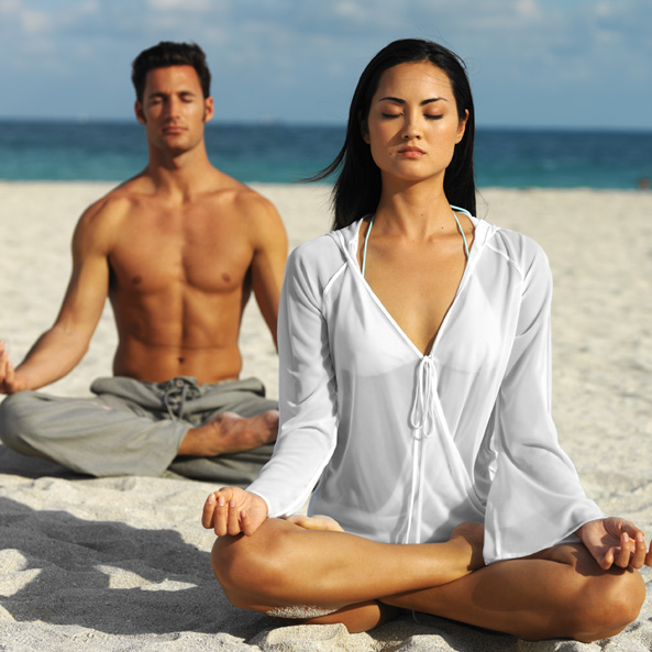 Photo yoga couple sur la plage
